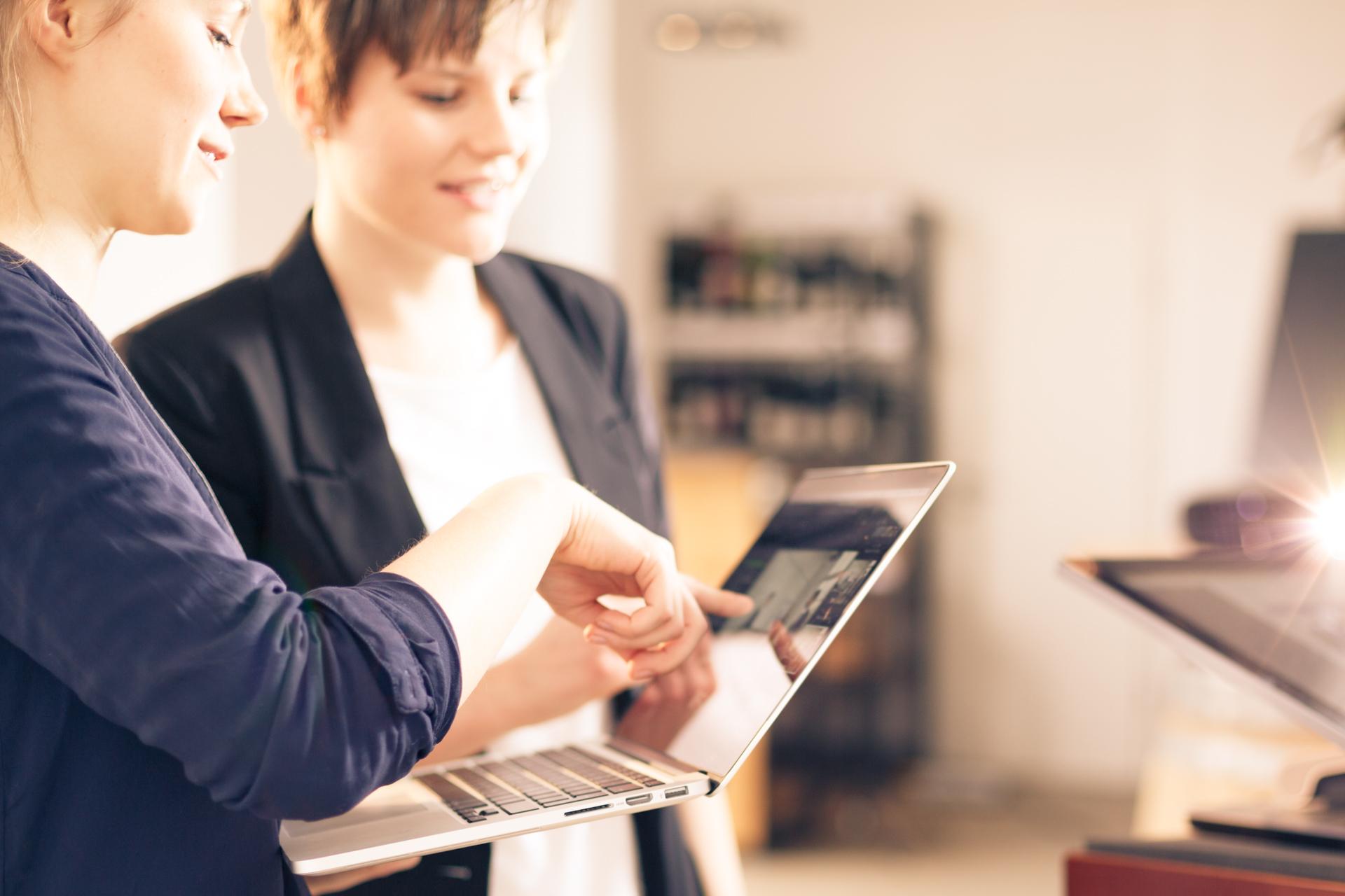 Besprechung zwei Frauen am Laptop