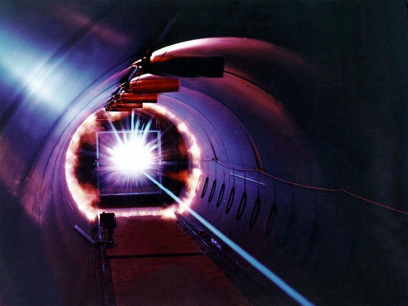 dunkles Rohr mit Laserstrahl
