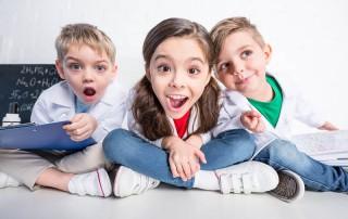3 staunende Kinder