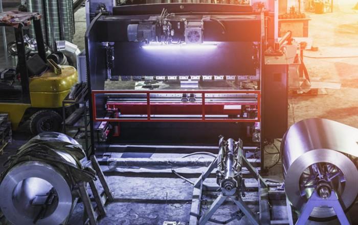 industrielle Fabrik mit Werkzeugen in großer Werkstatt oder Lager